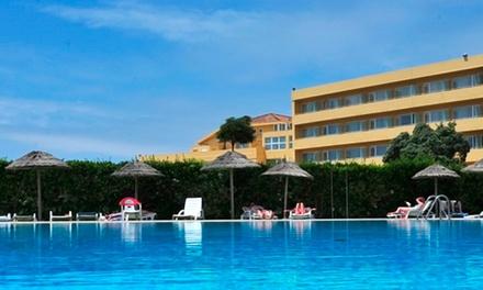 Axis Ofir Beach Resort Hotel 4*: 1 ou 2 noites para dois com pequeno-almoço, welcome drink e late check-out desde 39€
