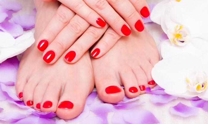 Divinity Abbronzatura ed Estetica - DIVINITY ABBRONZATURA ED ESTETICA: 3 o 5 manicure e pedicure estetiche con smalto colorato (sconto fino a 81%)
