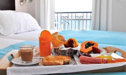 Hotel Mar Bravo — Nazaré: 1-2 noites para dois em quarto com vista de mar, pequeno-almoço e garrafa de vinho desde 49€