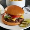 Burger-Menü mit Beilage und Salat