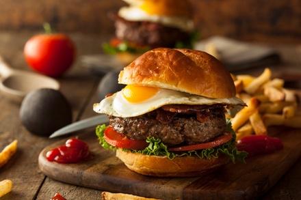 Burger au choix maison, frites et boisson pour 1 ou 2 personnes dès 9,90 € au restaurant L'artiste
