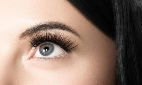 Extensiones de pestañas naturales con opción a diseño y depilación de cejas en Only You Nail Bar & Beauty Salon