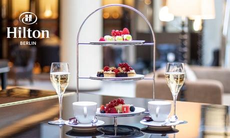 Champagner mit Schoko-Fruchtspießen, Kaffee und Kuchen in der Listo Lounge im Hilton Berlin