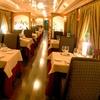 Menú en tren-restaurante con botella de vino