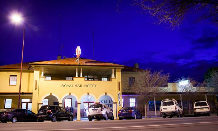 Riverina, Jerilderie: 2 or 3N Country Stay for up to 4 People + Continental or Cooked Breaky + Wine at Royal Mail Hotel