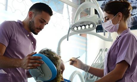 Limpieza bucal avanzada con opción a 1 o 2 sesiones de blanqueamiento desde 9,95 € en Dentia Bucodental