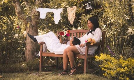 Sesión de fotos en estudio de embarazo, 50 fotos editadas y hasta 18 impresas desde 29,95 € en Roccos Studio