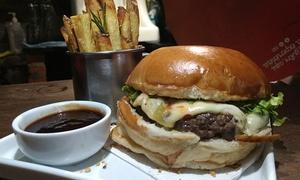 Carne e Malte Burger Bar: Hambúrguer e acompanhamento para 1, 2 ou 4 pessoas no Carne e Malte Burger Bar – Coqueiros