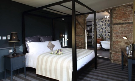 Oxfordshire: Standard or Executive Double Room for Two with Welcome Drink at Crown and Thistle
