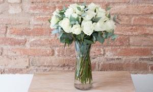 The Colvin Co: Ramos hechos a mano con 15, 20, 25 o 30 rosas blancas con jarrón desde 24,99 €. Envío y mensaje personalizado incluidos