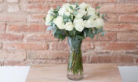Ramos hechos a mano con 15, 20, 25 o 30 rosas blancas con jarrón desde 24,99 €. Envío y mensaje personalizado incluidos