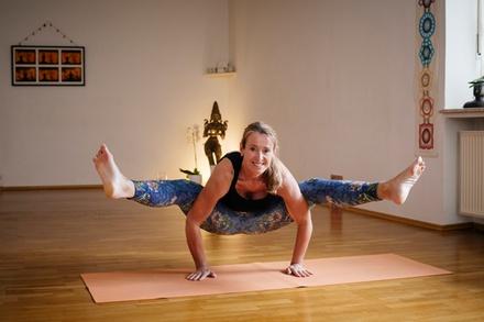 mahashakti yoga studio bis zu 56 m nchen bayern groupon. Black Bedroom Furniture Sets. Home Design Ideas