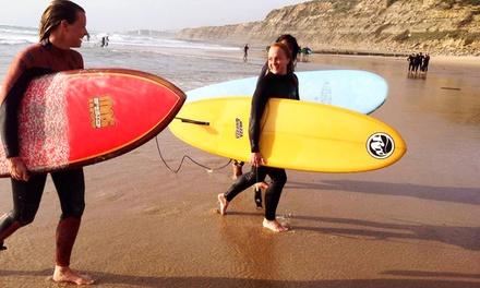 Portugal: 1 semana para 1 en habitación compartida con desayuno y 5 clases de surf en Amar Hostel, Suites & Surf Camp