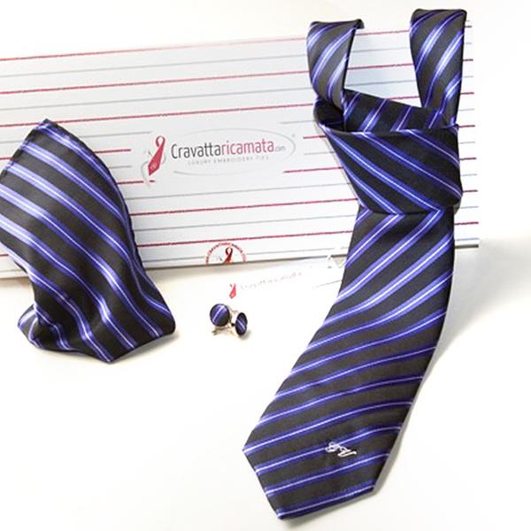 famoso marchio di stilisti ottima vestibilità rivenditore all'ingrosso Set di accessori da uomo con cravatta con iniziali ricamate, gemelli e  pochette