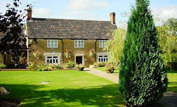 Somerset: 1 or 2 Nights for One or Two with Full English Breakfast at 4* The Crown & Victoria Inn