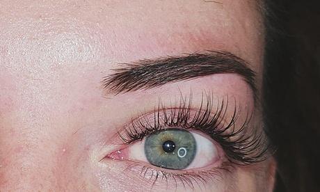 Extensiones de pestañas pelo a pelo con diseño y depilación de cejas con hilo en Vliss (hasta 64% de descuento)