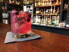 Bidges & Sons: 2 oder 4 Cocktails nach Wahl inkl. Snack (z. B. Nachos mit Dip) bei Bidges & Sons (bis zu 53% sparen*)