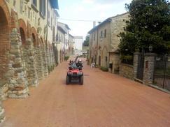 Crazy Quad Toscana: Esperienza in quad con briefing e bottiglie di vino o birre artigianali fino a 6 persone con Crazy Quad Toscana