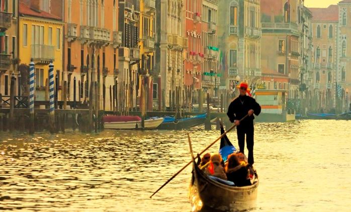 Visita Venecia embarcado en una góndola para hasta 6 persoans