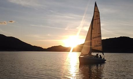 Ruta en velero o paseo romántico en barco de vela para 2 personas desde 110 € con El Burguillo A Toda Vela