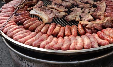 Menú con aperitivo, entrante, parrillada de carne, postre y bebida para 2 o 4 personas desde 19,95 € en Muelle Seis