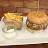 Homemade Burger mit Beilage