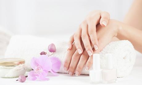2 sesiones de manicura y/o pedicura con esmalte desde 12,90 € en Alexandra Peluquería
