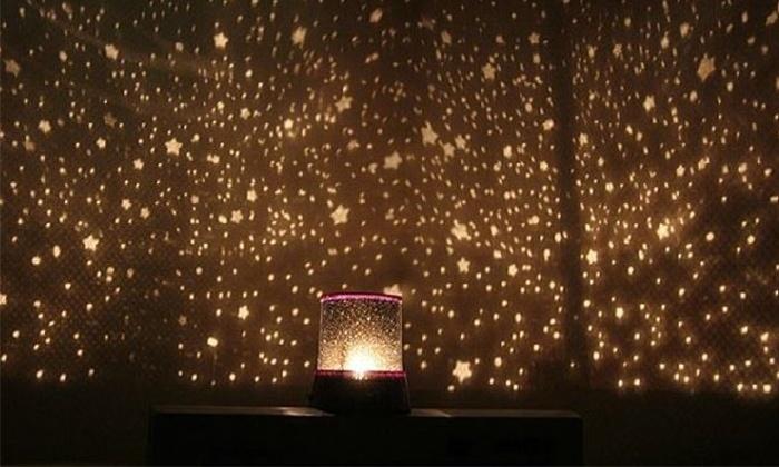 """נוטי אחזקות בע""""מ - Merchandising (IL): כוכבים בחדר הקטנטנים! מנורת LED המקרינה מאות כוכבים על הקיר ליצירת אווירה נעימה ומרהיבה, ב- 2 דגמים לבחירה"""
