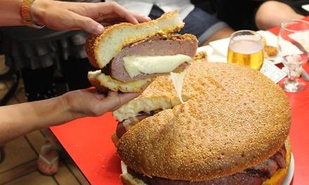 Menú gigante de hamburguesa con entrante y bebida para 2, 4 o 10 personas desde 19,95 € en La Kaña