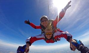 Olimpic Skydive: Skok w tandemie z 4000 m (599 zł) i szkolenie w tunelu aerodynamicznym z wideo (939 zł) w Olimpic Skydive