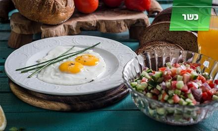 קפה במוזיאון במרכז העיר: ארוחת בוקר מלאה הכוללת ביצים, מטבלים, סלט ושתיה, ב-24 ₪. מוגשת כל יום עד 18:00 ותקפה גם בשישי