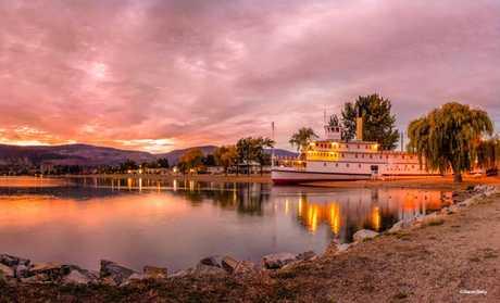 Kelowna Houseboat Tours