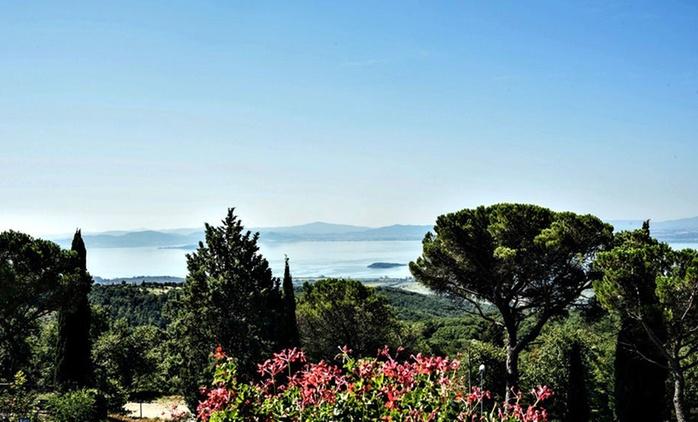 Umbria, La Cima Trasimena: 1 o 2 notti con colazione o mezza pensione per 2 persone fronte lago o vista parco