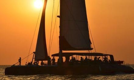 Paseo en catamarán a la puesta del sol para 2, 4 u 8 personas con Mundo Marino (hasta 63% de descuento)