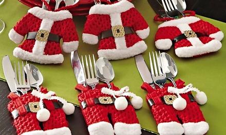 Sets van zes bestekhouders in de vorm van een rode kerstbroek en shirt