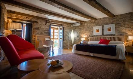 Puebla de Sanabria: habitación doble o suite para 2 con minibar, pétalos y cesta de fruta en Posada Real La Cartería 5*