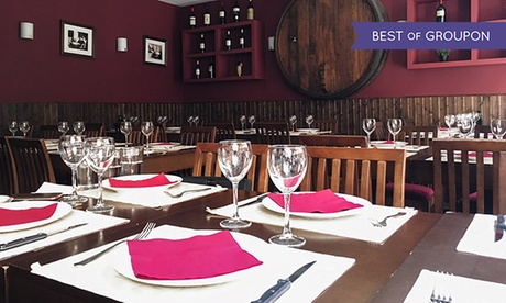 Menú para 2 o 4 con aperitivo, entrantes, principal, postre y jarra de sangría desde 24,95 € en Taberna Atípica Legazpi