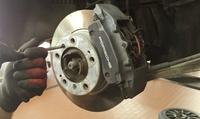 Austausch der Bremsbeläge und Bremsscheiben an einer Achse bei Automobil AG (bis zu 54% sparen*)