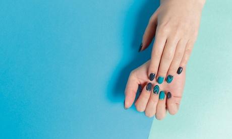 2 sesiones de manicura o pedicura o ambas con esmaltado tradicional o semipermanente en D.M. Sala de Belleza