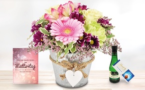 Blumenhaus Ehrend: Rosa Blumengesteck im Herz-Übertopf mit Lindt Schokolade, Piccolo und Grußkarte von Bluvesa (44% sparen*)