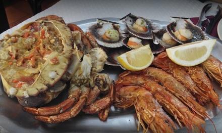 Menú para 2 o 4 con aperitivo, fritura, degustación de marisco y chuletillas y botella de vino desde 44,90€ en Amador II