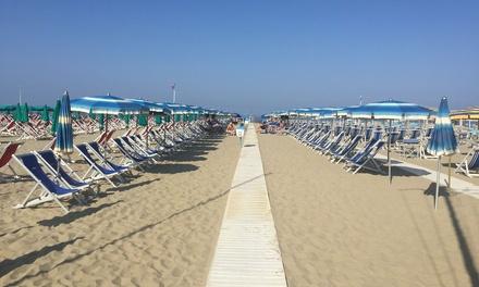 Bagno Balena Marina Di Pisa : Ingresso in spiaggia ombrellone sdraio e cabina per 2 o 4 persone