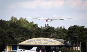 Aeroklub Pomorski: Szkolenie i lot samolotem dla 3 osób (od 349,90 zł) lub szybowcem dla 1 osoby (od 179,90 zł) w Aeroklubie Pomorskim