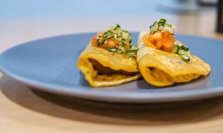 Menú degustación mexicano con tacos, quesadilla, costra de queso, ración de totopos, bebida y opción a tostada de queso