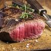 Steakhausteller mit Beilagen