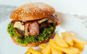 Dowolny burger 200 g z frytkami, sosem i napojem od 22,99 zł w restauracji Krówka i Połówka
