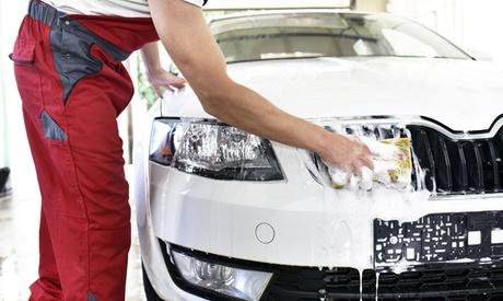 Lavado a mano interior y exterior de coche con pulido de faros en Charly Wash (hasta 80% de descuento)