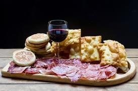 La Pinta di Nicolò: Gnocco fritto illimitato con tagliere di salumi e formaggi, bruschette, dolce e birra da La Pinta di Nicolò (sconto 77%)