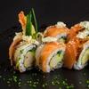 Sushi y botella vino para llevar
