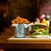 Angus Burger met friet en salade